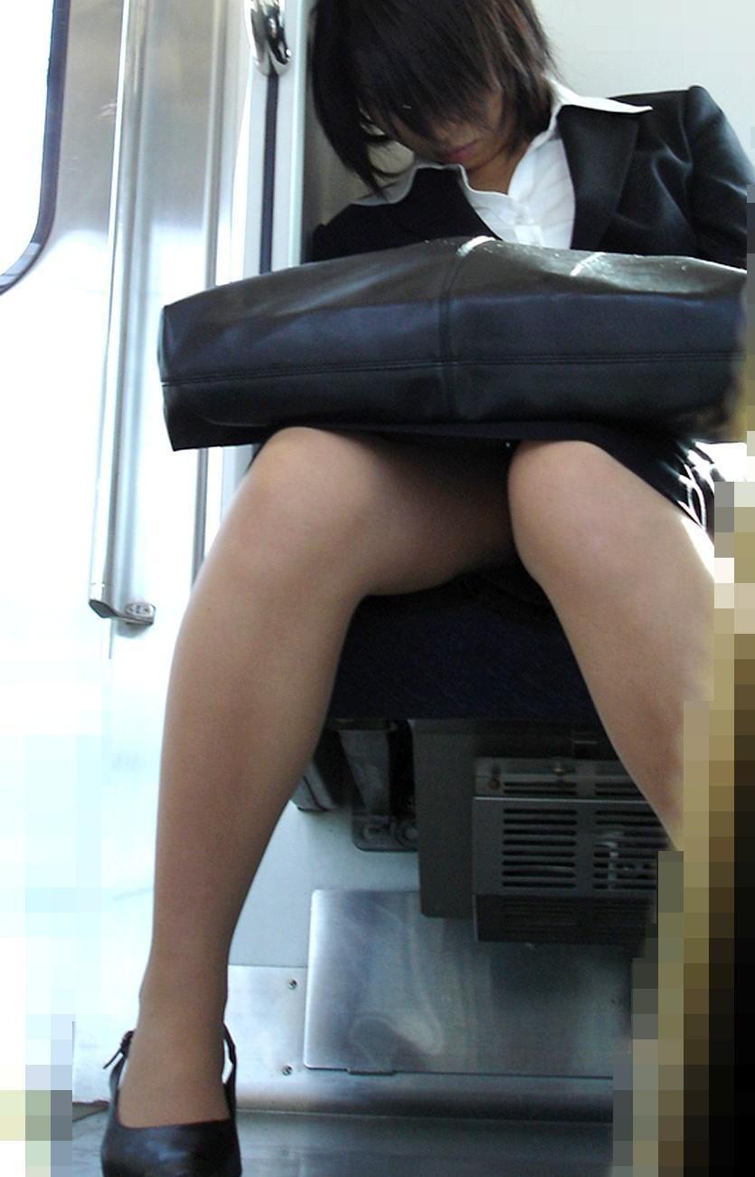【美脚エロ画像】電車に乗ってこんなに美脚お姉様揃いなら席取れなくても不満ナシ!www 18