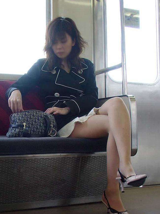 【美脚エロ画像】電車に乗ってこんなに美脚お姉様揃いなら席取れなくても不満ナシ!www 19