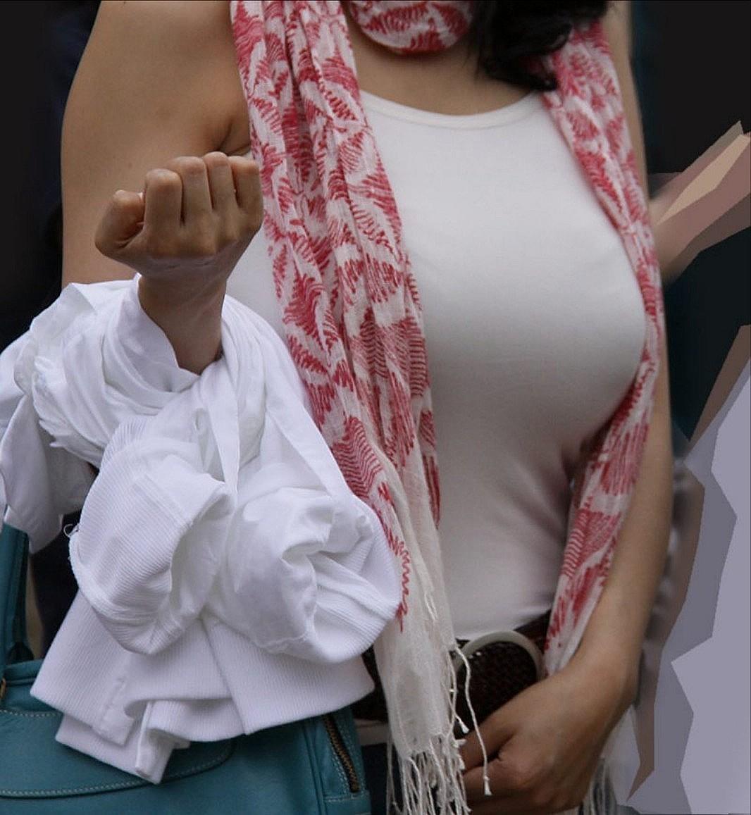 【着衣巨乳エロ画像】重そうですね、支えましょうかw攻略してみたい街の巨乳素人www!www 15