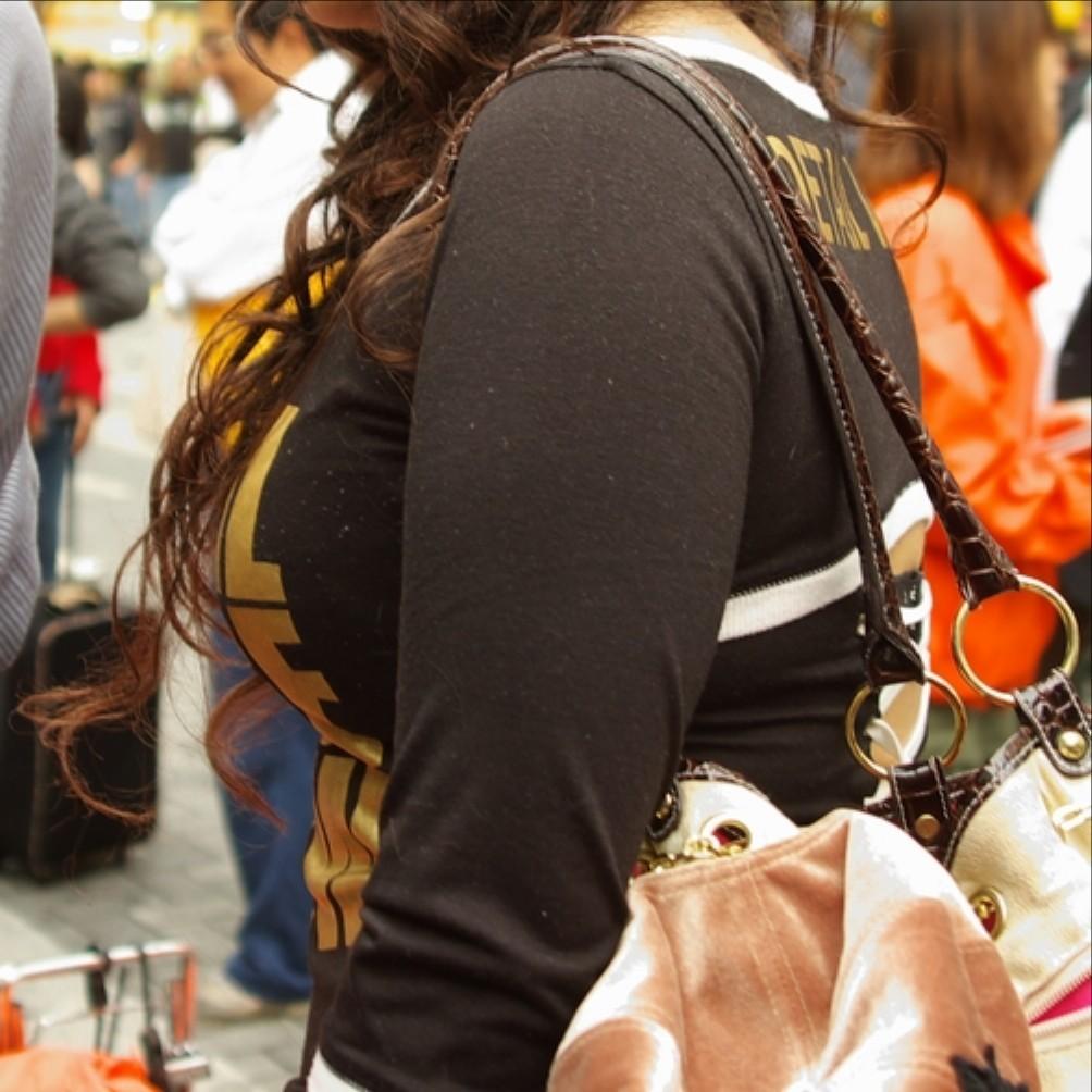 【着衣巨乳エロ画像】重そうですね、支えましょうかw攻略してみたい街の巨乳素人www!www 17