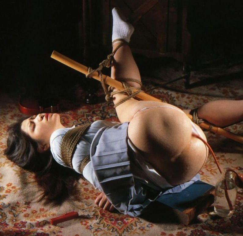 【浣腸エロ画像】じっくりたっぷり注入中…尻にエネマ差し込んで浣腸されるM女www 04
