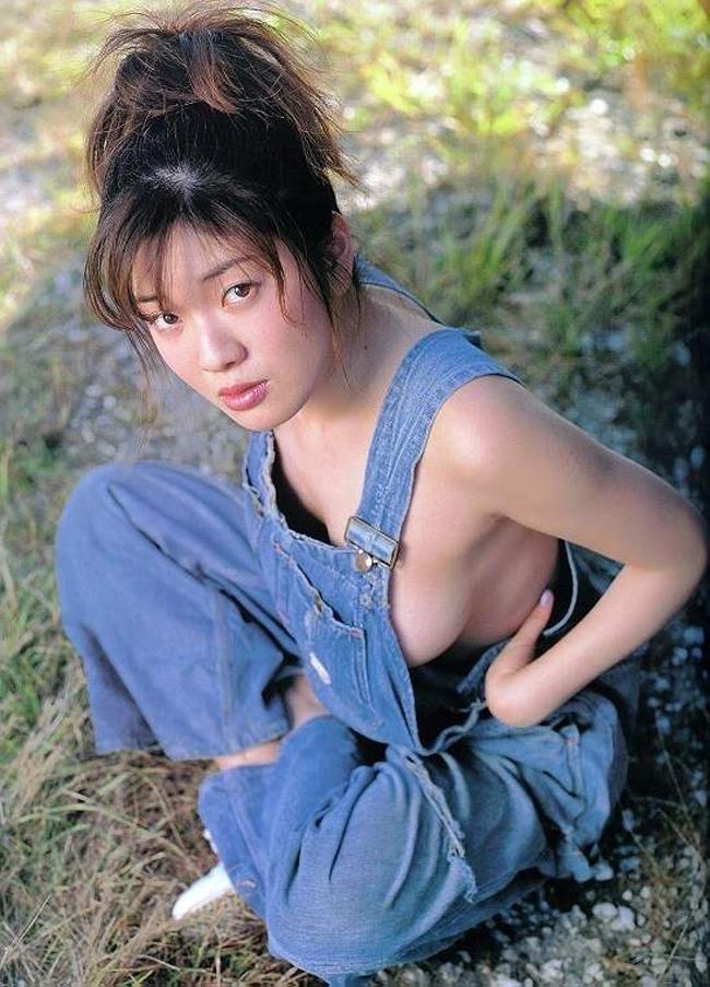 【コスプレエロ画像】ノーブラでオーバーオール来た女の子のハミ乳っぷりが凶悪すぎるほど生唾モノwww 14