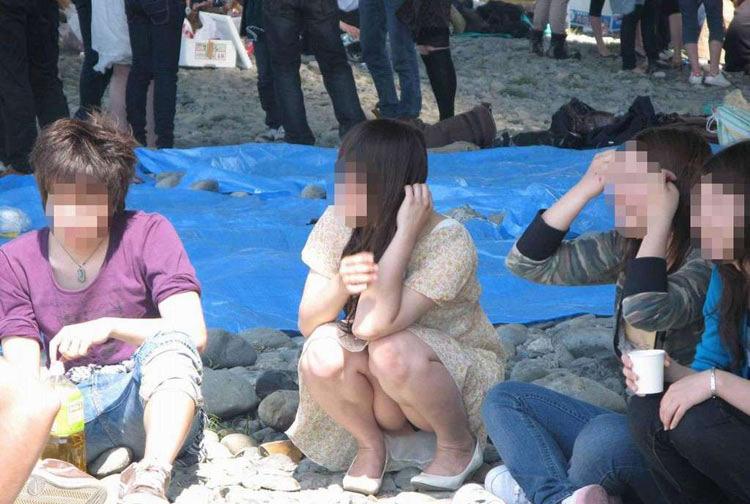 【パンチラエロ画像】陽気に釣られて屋外で寛ぐミニスカ女子は恰好のチラ見え要員www 03