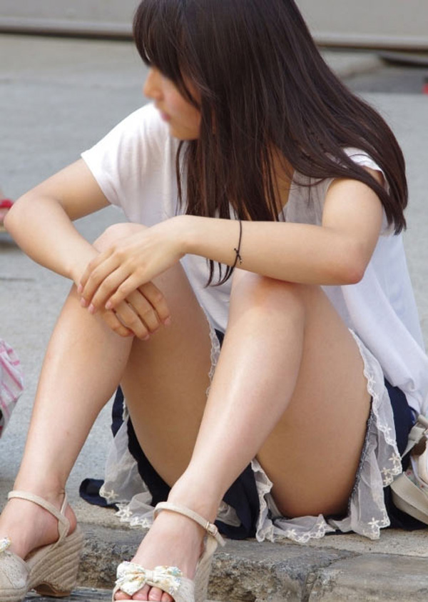 【パンチラエロ画像】陽気に釣られて屋外で寛ぐミニスカ女子は恰好のチラ見え要員www 09