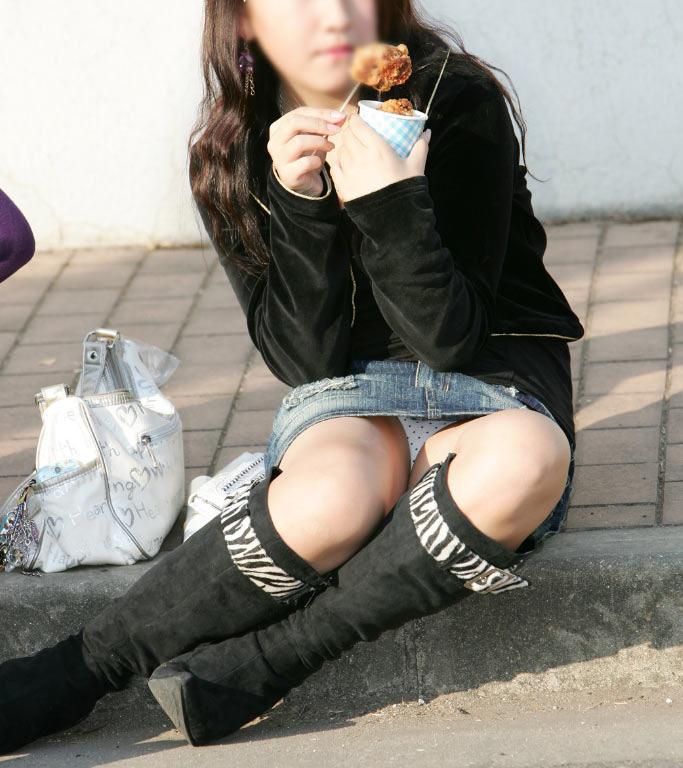 【パンチラエロ画像】陽気に釣られて屋外で寛ぐミニスカ女子は恰好のチラ見え要員www 10