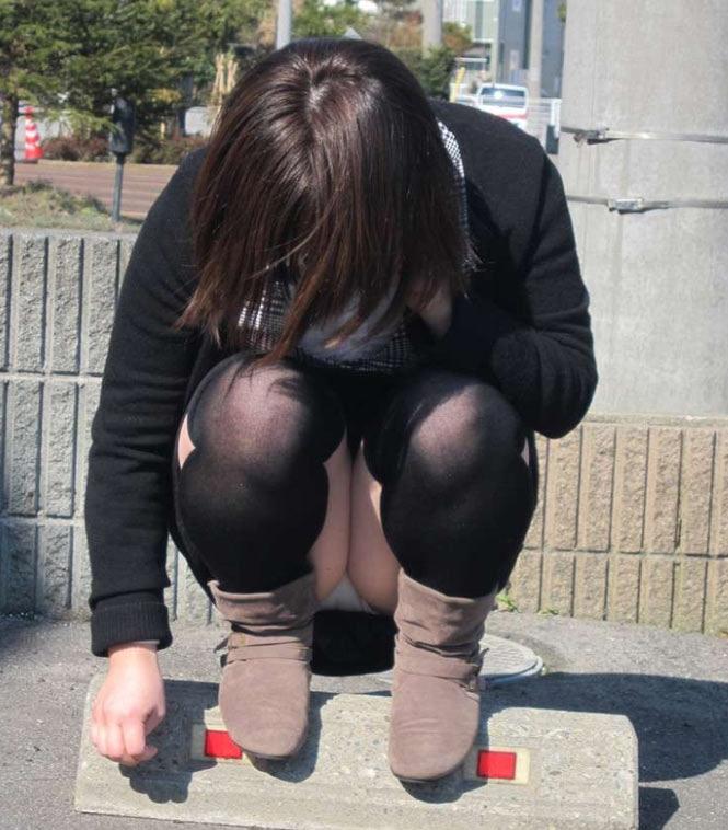 【パンチラエロ画像】陽気に釣られて屋外で寛ぐミニスカ女子は恰好のチラ見え要員www 11