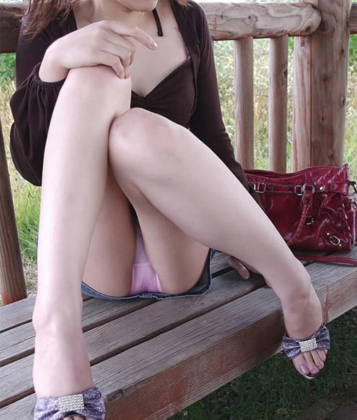 【パンチラエロ画像】陽気に釣られて屋外で寛ぐミニスカ女子は恰好のチラ見え要員www 13