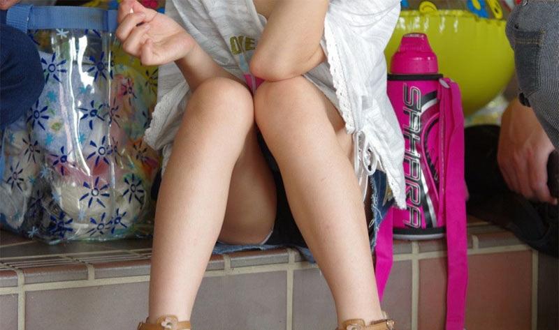 【パンチラエロ画像】陽気に釣られて屋外で寛ぐミニスカ女子は恰好のチラ見え要員www 14