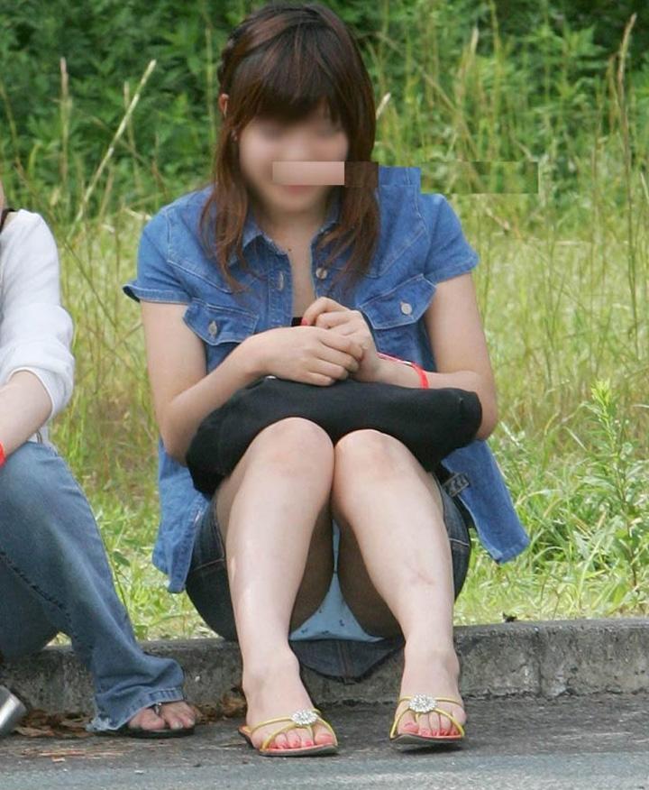 【パンチラエロ画像】陽気に釣られて屋外で寛ぐミニスカ女子は恰好のチラ見え要員www 15