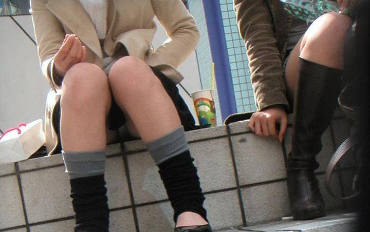 【パンチラエロ画像】陽気に釣られて屋外で寛ぐミニスカ女子は恰好のチラ見え要員www 16