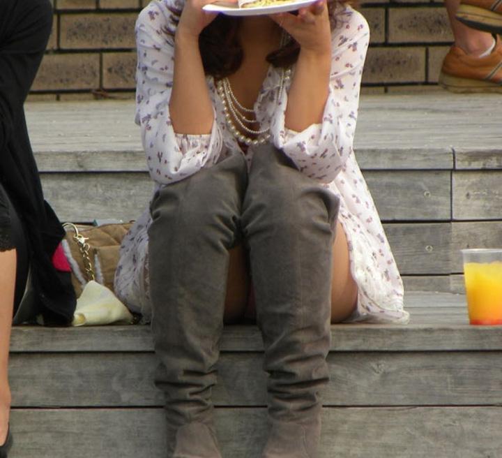 【パンチラエロ画像】陽気に釣られて屋外で寛ぐミニスカ女子は恰好のチラ見え要員www 17