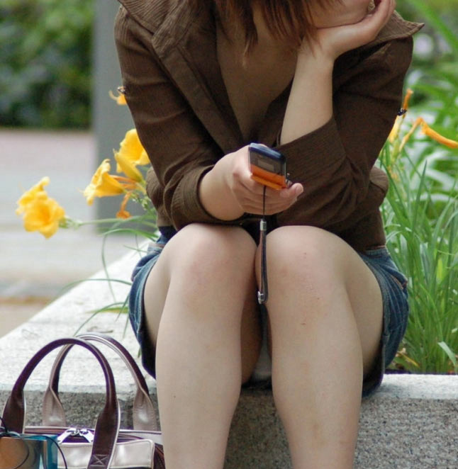 【パンチラエロ画像】陽気に釣られて屋外で寛ぐミニスカ女子は恰好のチラ見え要員www 18