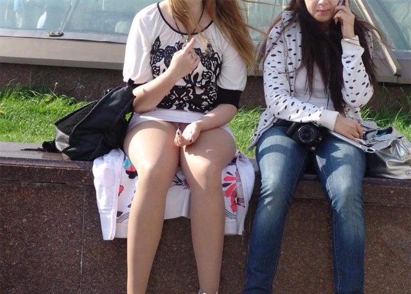 【パンチラエロ画像】陽気に釣られて屋外で寛ぐミニスカ女子は恰好のチラ見え要員www 19