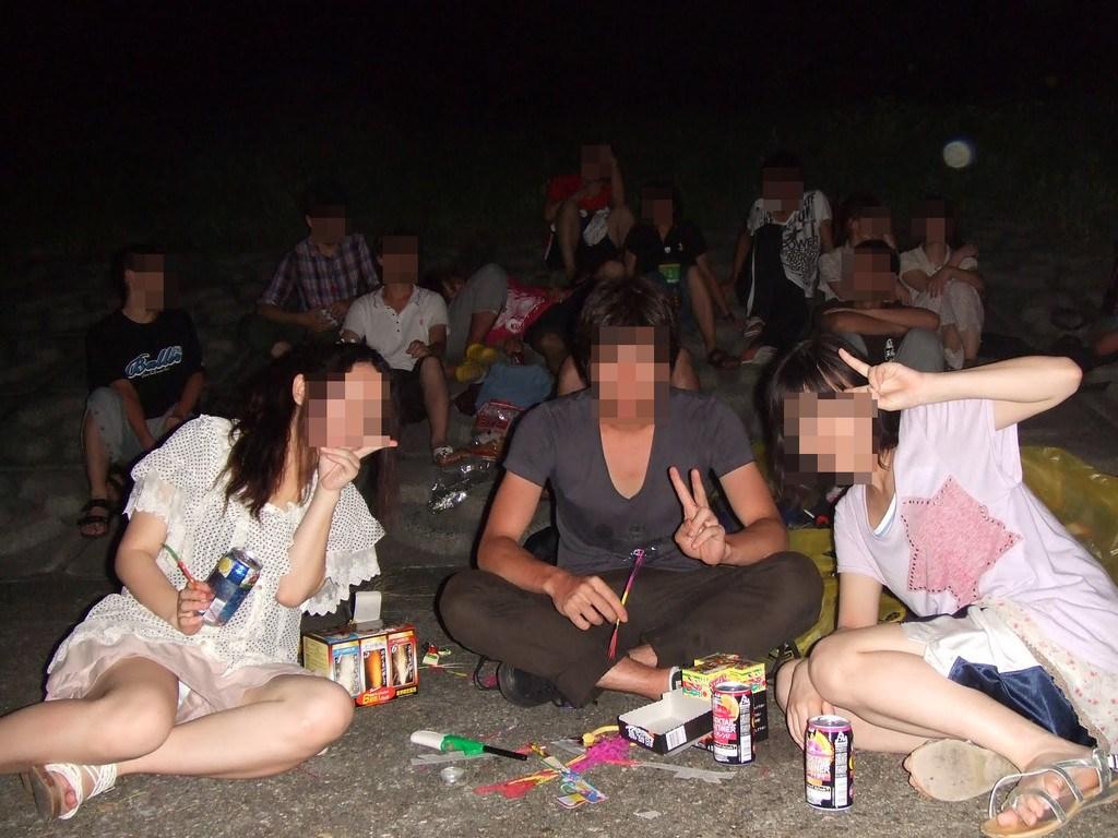 【パンチラエロ画像】最低1人はパンツ丸出しw勝手に拝借リア充集団のパンチラ記念写真www 04