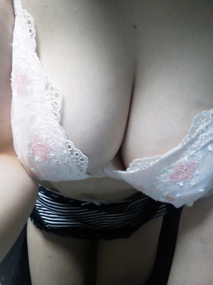 【巨乳エロ画像】挟みてぇ…吸い込まれそうな谷間で誘惑する巨乳美女たちwww 19