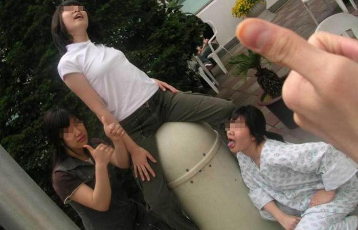 【悪ノリエロ画像】楽しそうですねー♪しかし傍からは衝撃的な若い娘たちのエロノリ現場www 001