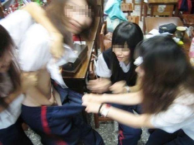 【悪ノリエロ画像】楽しそうですねー♪しかし傍からは衝撃的な若い娘たちのエロノリ現場www 14