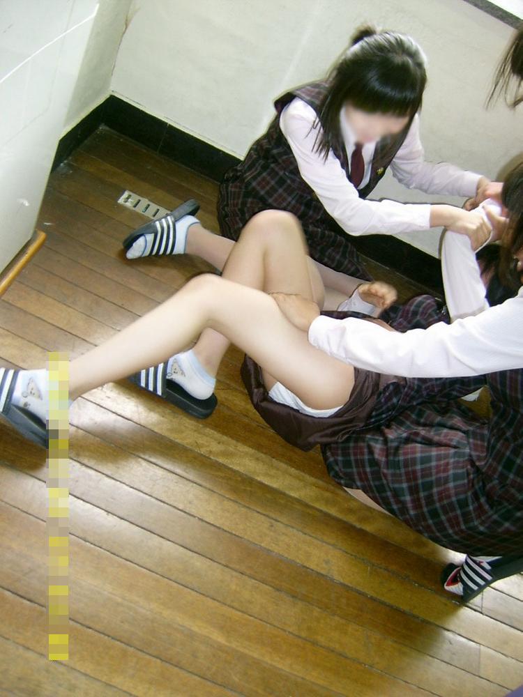【悪ノリエロ画像】楽しそうですねー♪しかし傍からは衝撃的な若い娘たちのエロノリ現場www 18