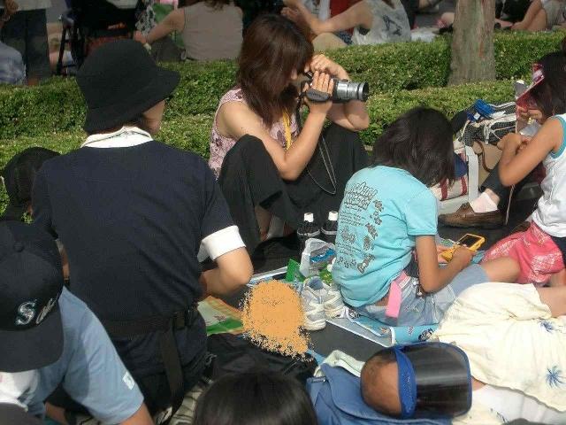 【パンチラエロ画像】親が泣いても他人は歓迎w平気で座ってパンチラ見せる街の女子www 02