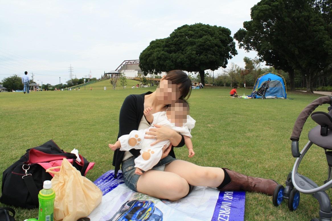【パンチラエロ画像】親が泣いても他人は歓迎w平気で座ってパンチラ見せる街の女子www 04