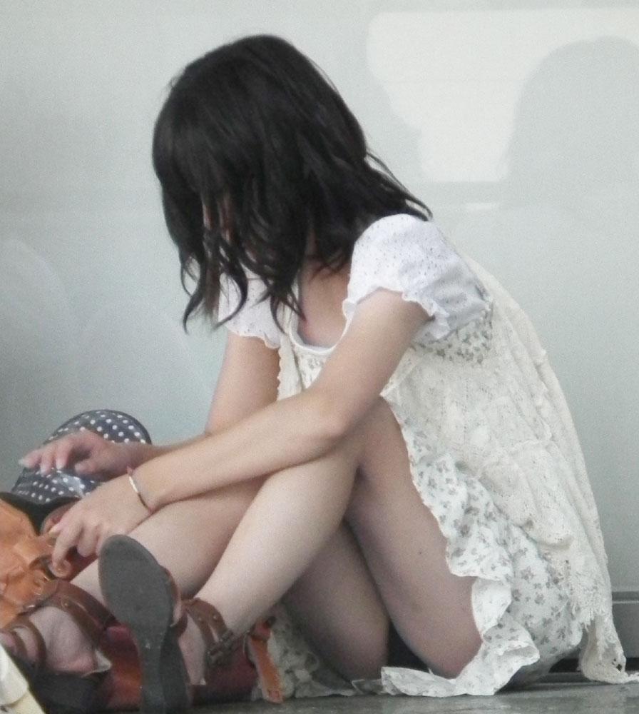 【パンチラエロ画像】親が泣いても他人は歓迎w平気で座ってパンチラ見せる街の女子www 07