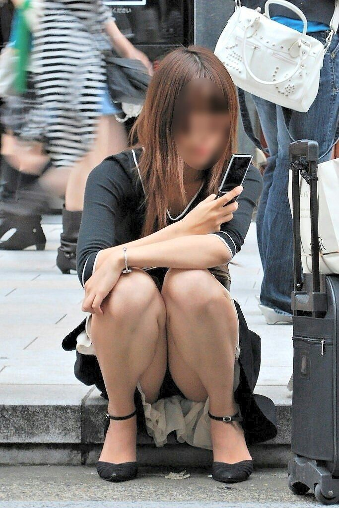 【パンチラエロ画像】親が泣いても他人は歓迎w平気で座ってパンチラ見せる街の女子www 08