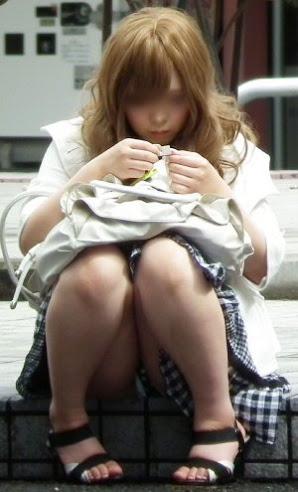 【パンチラエロ画像】親が泣いても他人は歓迎w平気で座ってパンチラ見せる街の女子www 09