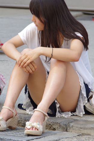 【パンチラエロ画像】親が泣いても他人は歓迎w平気で座ってパンチラ見せる街の女子www 11