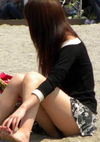 【パンチラエロ画像】親が泣いても他人は歓迎w平気で座ってパンチラ見せる街の女子www 19
