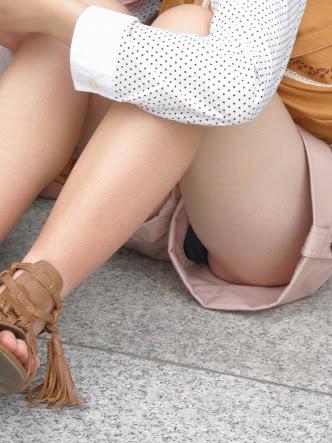 【パンチラエロ画像】親が泣いても他人は歓迎w平気で座ってパンチラ見せる街の女子www 20