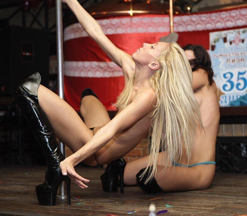 【海外エロ画像】本場のストリップ潜入!レベル高すぎ金髪美女が全裸でアピッて勃起は不可避www 11