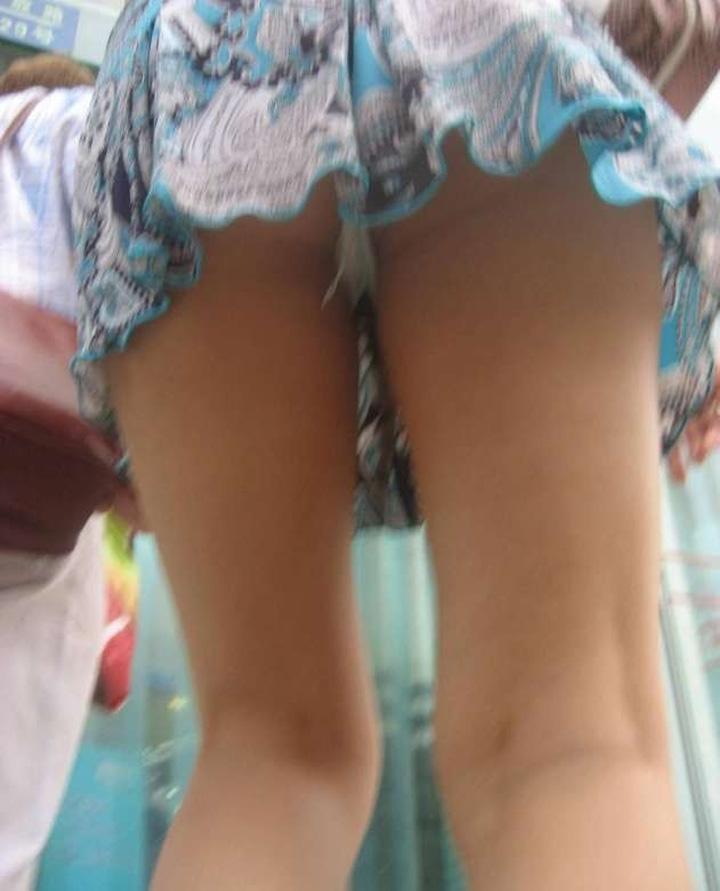 【パンチラエロ画像】下着が見える覚悟は持ってます!ヒラヒラミニで容易くパンチラする人達www 13