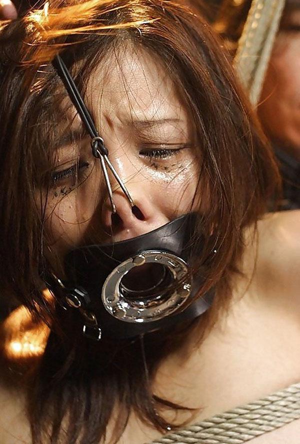 【SMエロ画像】変な顔にされて今どんな気持ち?鞭よりキツい鼻フック顔面責めwww 04