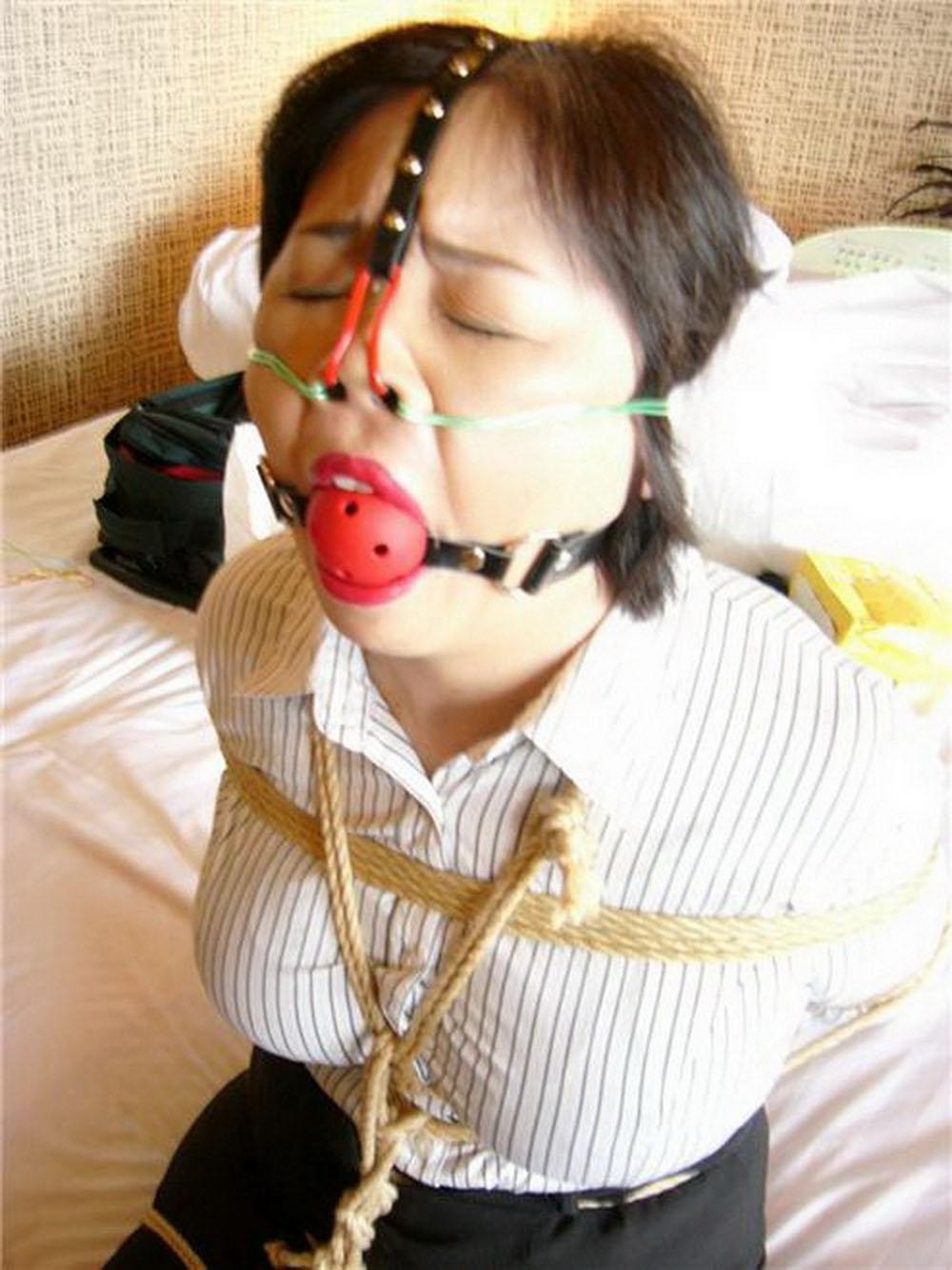 【SMエロ画像】変な顔にされて今どんな気持ち?鞭よりキツい鼻フック顔面責めwww 18