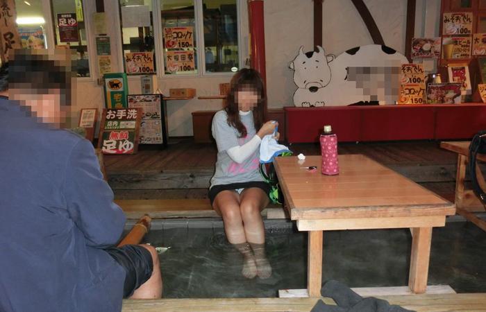 【パンチラエロ画像】見せて~!という念が通じたのか座ってパンチラしてくれるミニスカ娘たちwww 001
