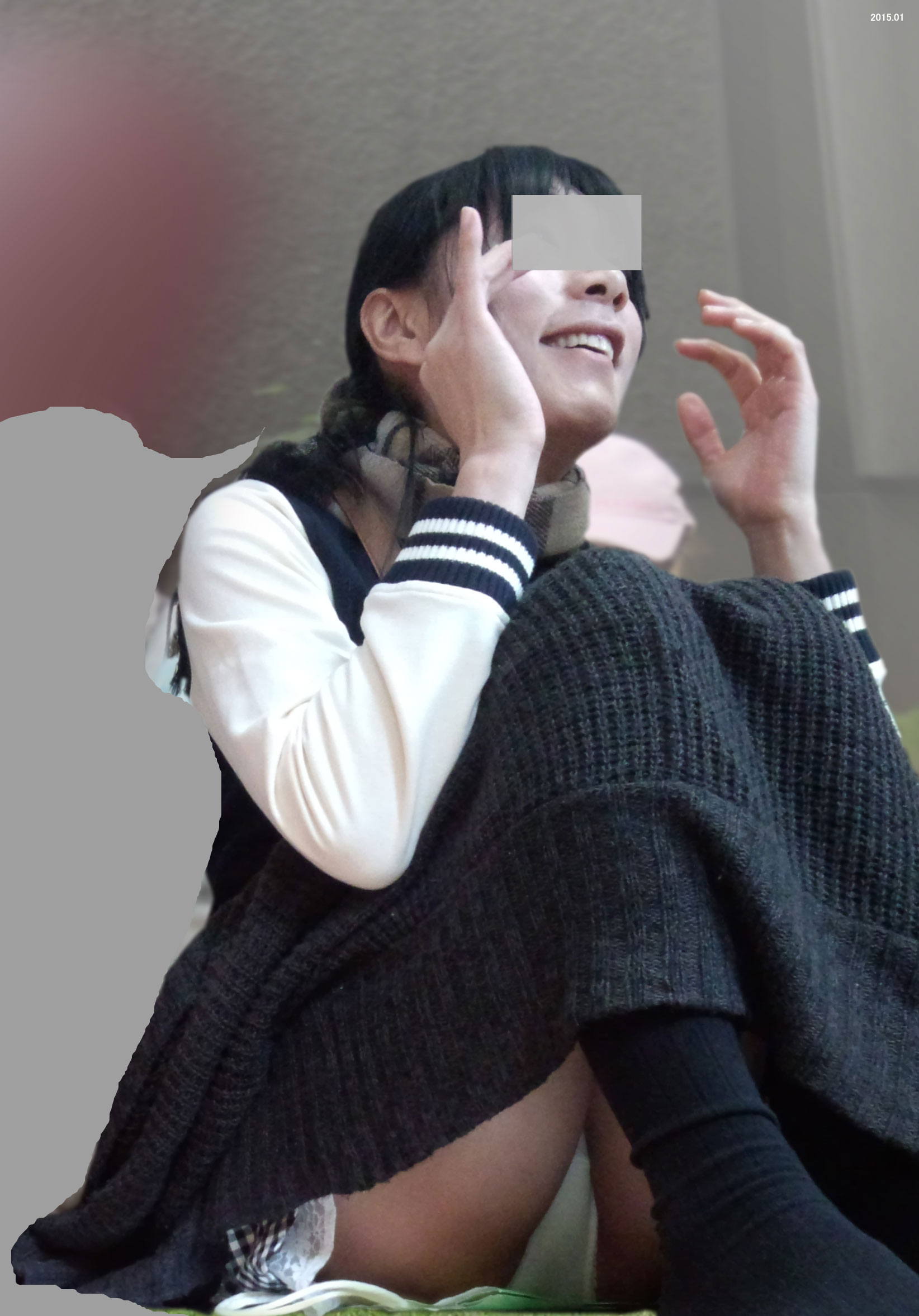 【パンチラエロ画像】見せて~!という念が通じたのか座ってパンチラしてくれるミニスカ娘たちwww 03