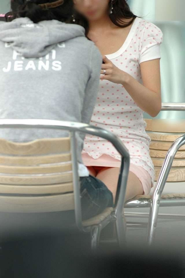 【パンチラエロ画像】見せて~!という念が通じたのか座ってパンチラしてくれるミニスカ娘たちwww 10
