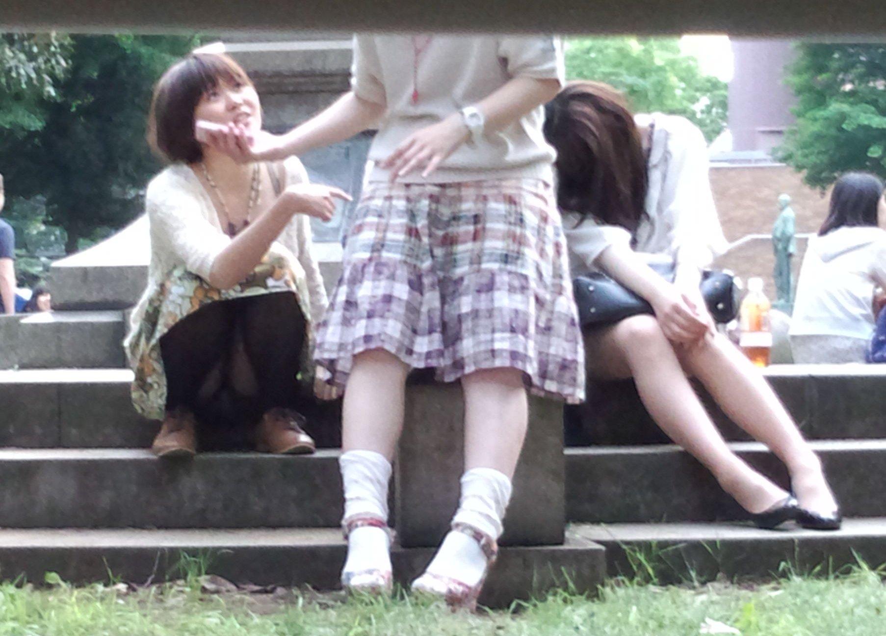 【パンチラエロ画像】見せて~!という念が通じたのか座ってパンチラしてくれるミニスカ娘たちwww 16