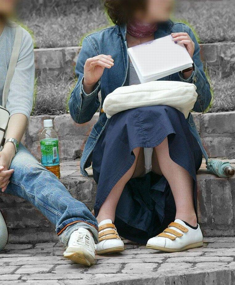 【パンチラエロ画像】見せて~!という念が通じたのか座ってパンチラしてくれるミニスカ娘たちwww 17