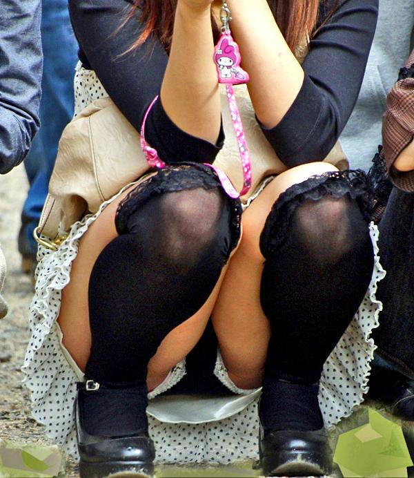 【パンチラエロ画像】見せて~!という念が通じたのか座ってパンチラしてくれるミニスカ娘たちwww 20