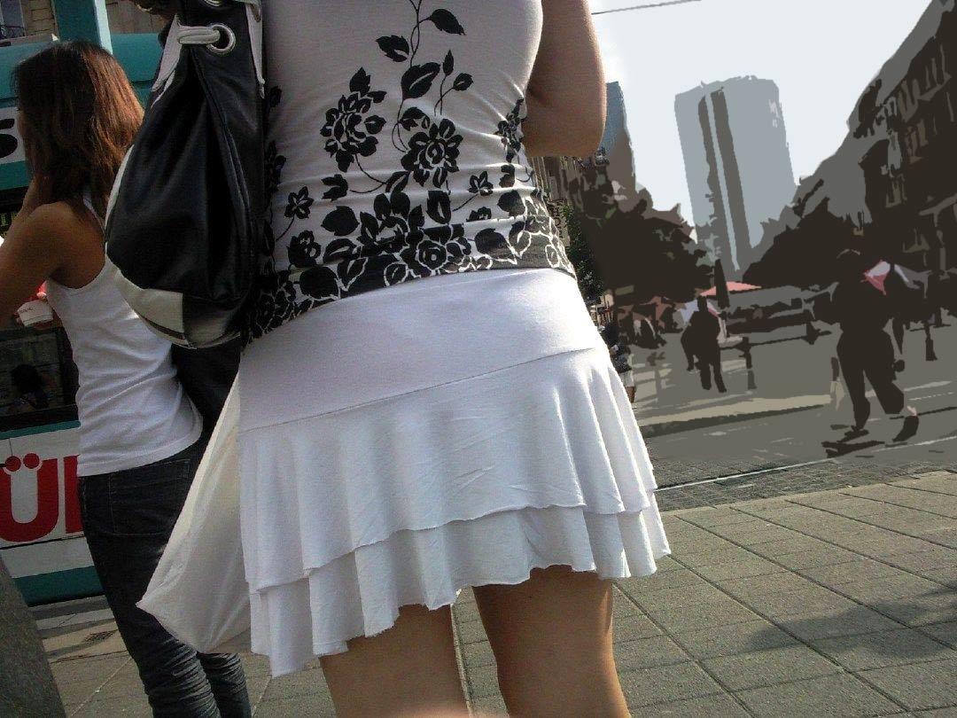 【透けパンエロ画像】大胆な下着がクッキリ!Tバック浮かせた街角の透け尻チェックwww 07