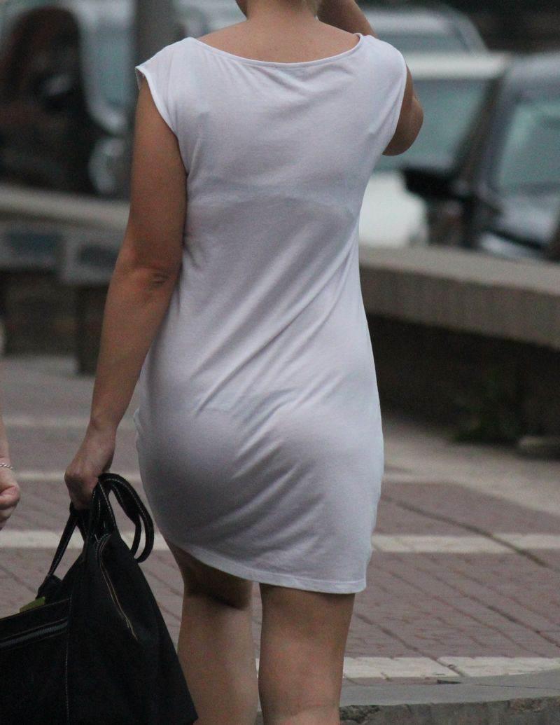 【透けパンエロ画像】大胆な下着がクッキリ!Tバック浮かせた街角の透け尻チェックwww 09