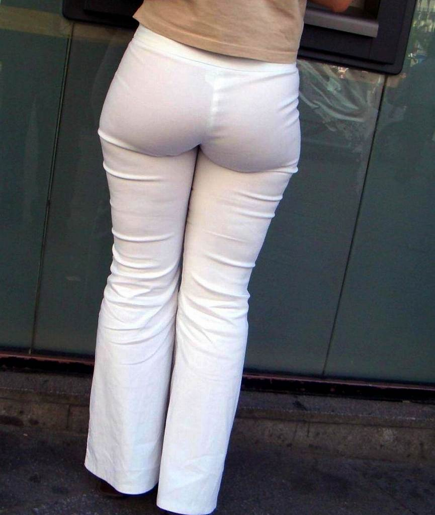 【透けパンエロ画像】大胆な下着がクッキリ!Tバック浮かせた街角の透け尻チェックwww 10