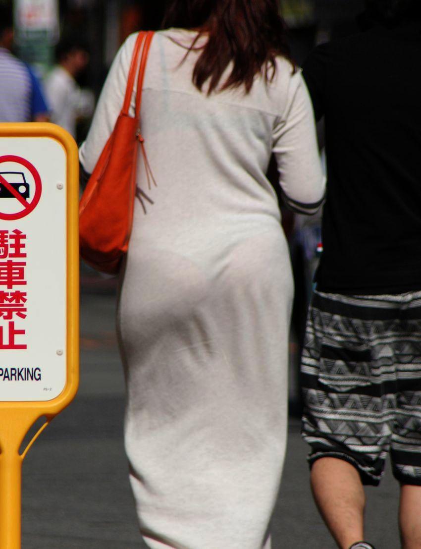【透けパンエロ画像】大胆な下着がクッキリ!Tバック浮かせた街角の透け尻チェックwww 14