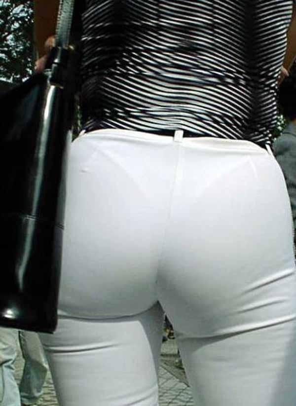 【透けパンエロ画像】大胆な下着がクッキリ!Tバック浮かせた街角の透け尻チェックwww 19