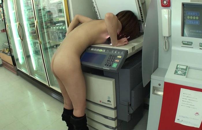 【露出エロ画像】お願いウチには来ないで(店長談w)困った変態客の露出プレイwww 001