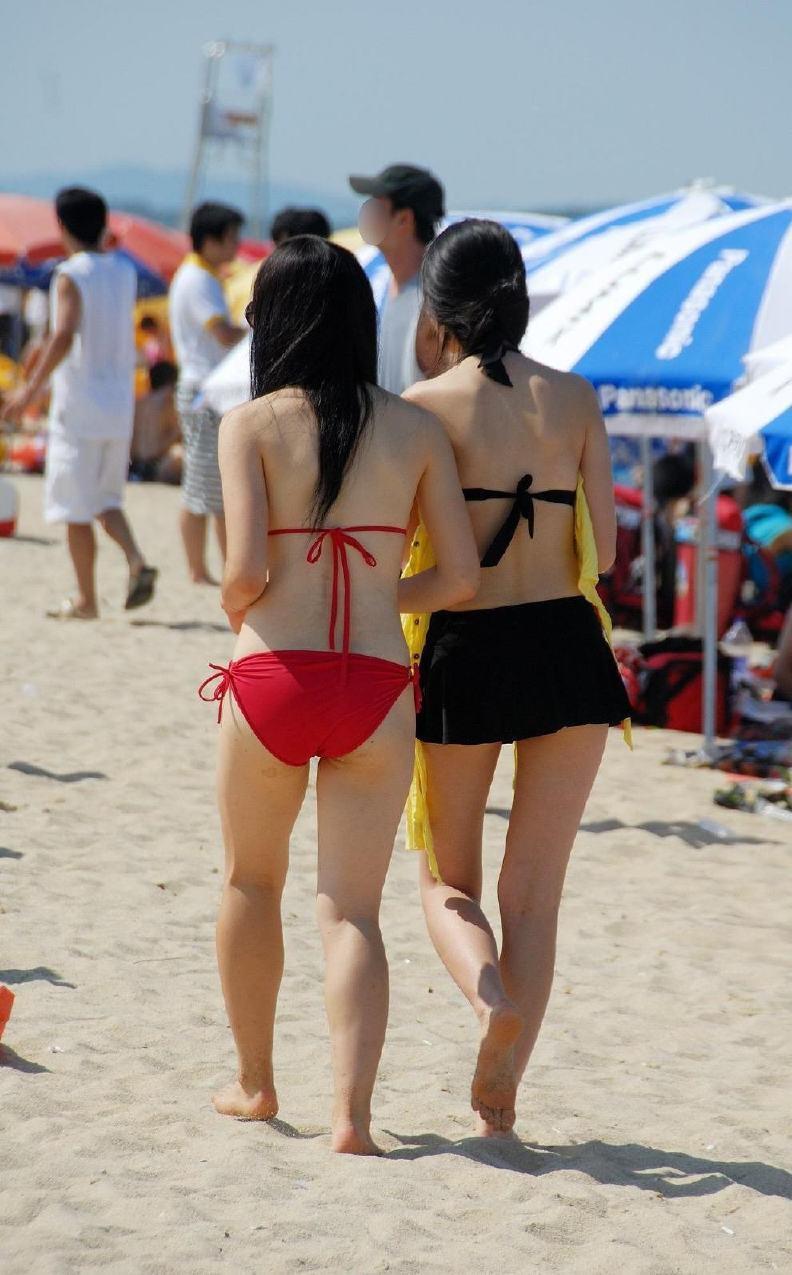 【水着エロ画像】際どすぎてビーチで勃つ恐れアリwTバックもあったりする素人ギャル達のビキニ尻www 02