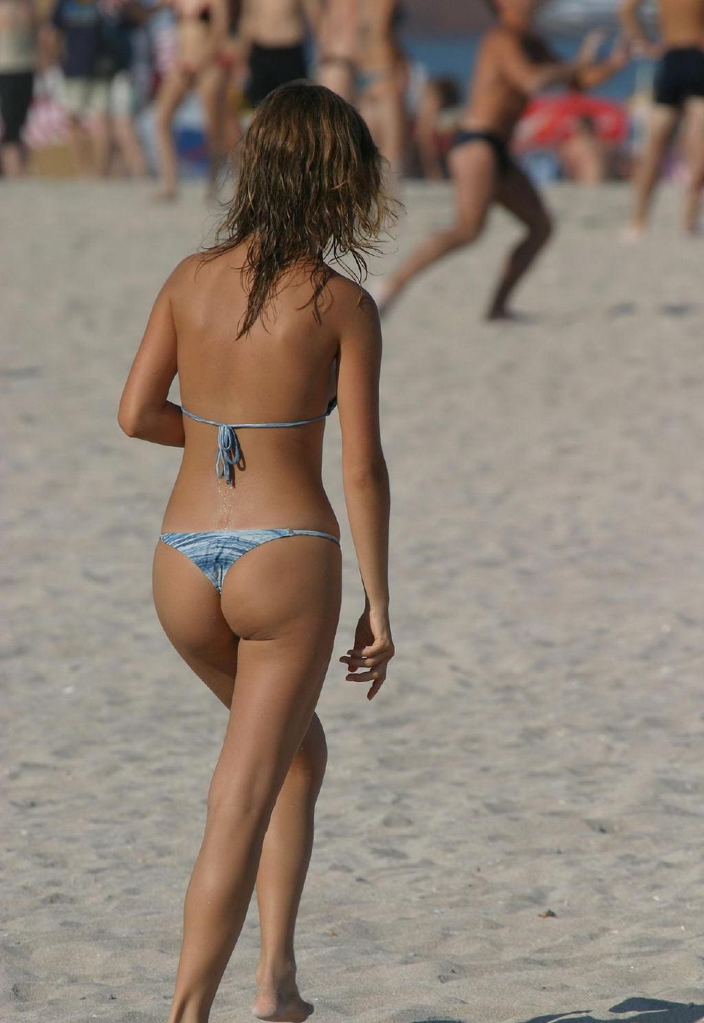 【水着エロ画像】際どすぎてビーチで勃つ恐れアリwTバックもあったりする素人ギャル達のビキニ尻www 03