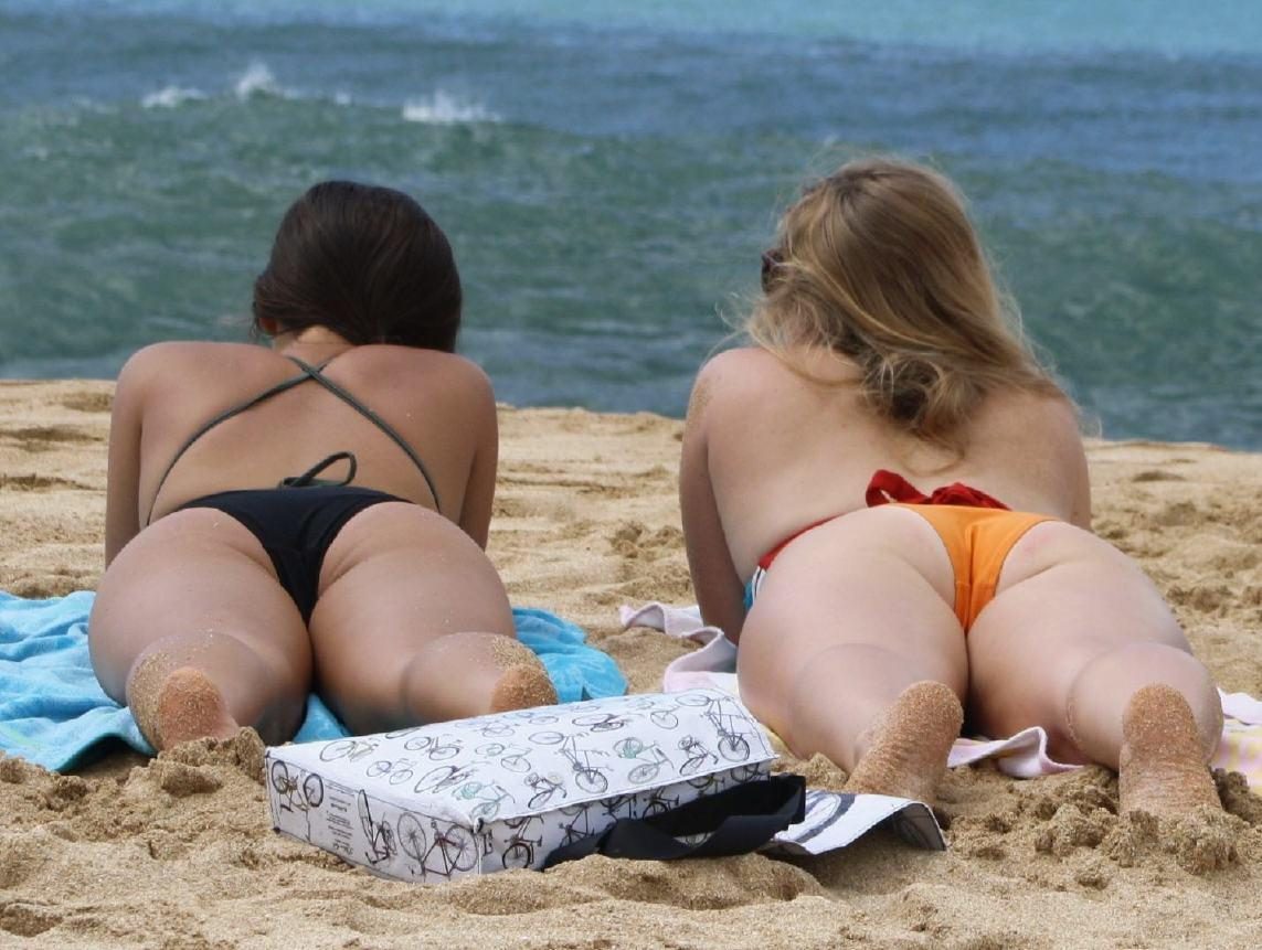 【水着エロ画像】際どすぎてビーチで勃つ恐れアリwTバックもあったりする素人ギャル達のビキニ尻www 05