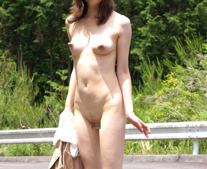 【露出エロ画像】人気のない場所でちょっと不満?スリルを求める変態淑女の露出プレイwww 15